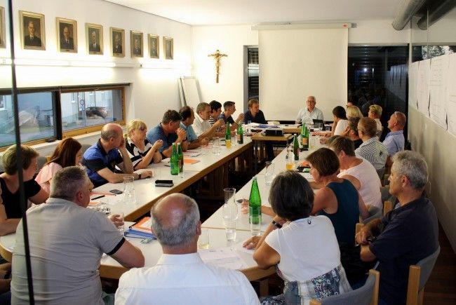 Die Lochauer Gemeindevertretung unter dem Vorsitz von Bürgermeister Michael Simma hat den Rechnungsabschluss 2016 mit rund 13 Millionen Euro genehmigt.