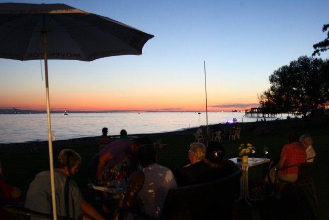 """Seegenuss im """"Treff am See"""" mit Musik und Kulinarium sowie dem traditionellen Feuerwerk beim Bregenzer Hafenfest zu später Stunde."""