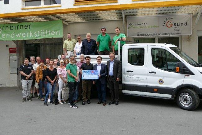 Lions Club, Vorstand und Team der Jugendwerkstätten mit neuem Kipper bei der Scheckübergabe