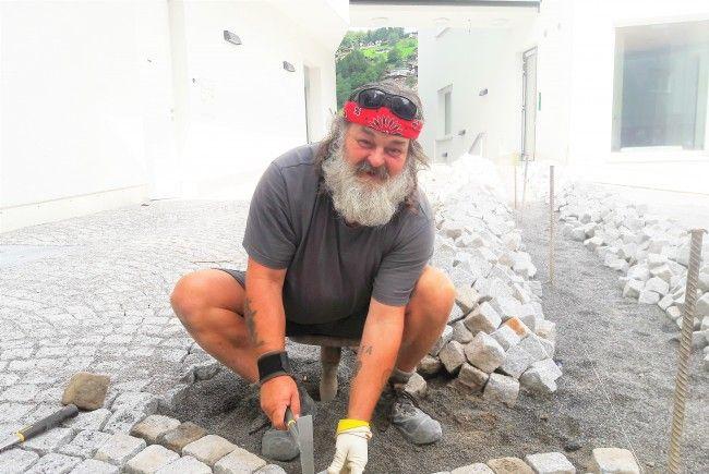 Dem Pflasterer-Meister Kurt Rümmele macht seine Arbeit sichtlich Spaß.