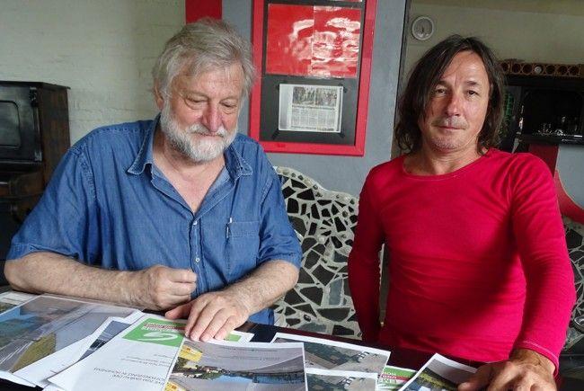 Dietmar Fend (l.) und Dietmar Pöschko legen Verbesserungsvorschläge für die Bahnhofskreuzung vor.