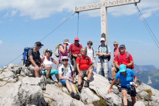 Die Wanderfreunde vom Seniorenbund beim Gipfelkreuz vom Augstenberg