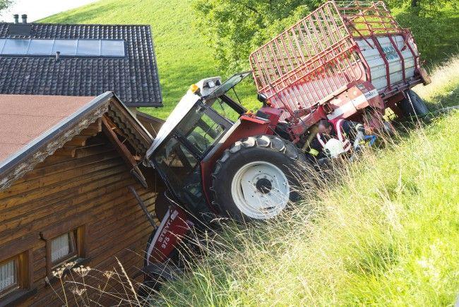 Der Traktor blieb, eingeklemmt zwischen Hausdach und Mauer, stehen.