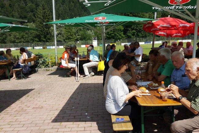 Die Vandanser PVÖ-Mitglieder genossen das schöne Wetter und das leckere Grillgut