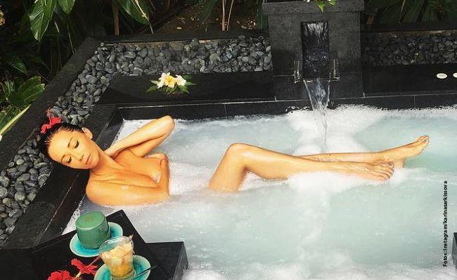Karina entpannt in einem Milchbad.
