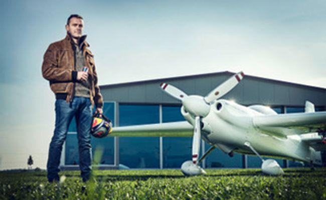 Red Bull Air Race Weltmeister Matthias Dolderer manövriert durch die Silvretta Montafon.