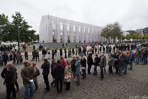 Besucher stehen Schlange zum Abbau des Bücher-Tempels in Kassel