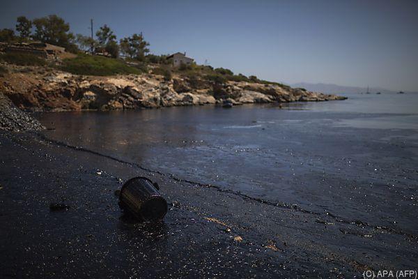 Verschmutzter Strand vor Salamis