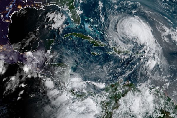 Jose wurde zum Hurrikan hochgestuft