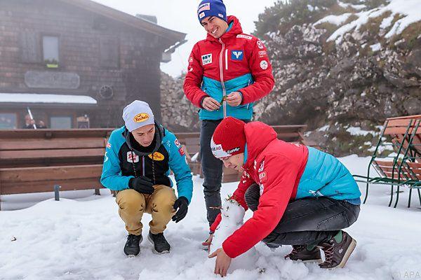 ÖSV-Adler beim Schneemannbauen