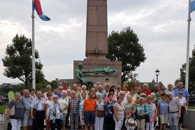 Die Vorderwälder Pensionisten vor dem Denkmal der Goldenen Frau in Luxemburg