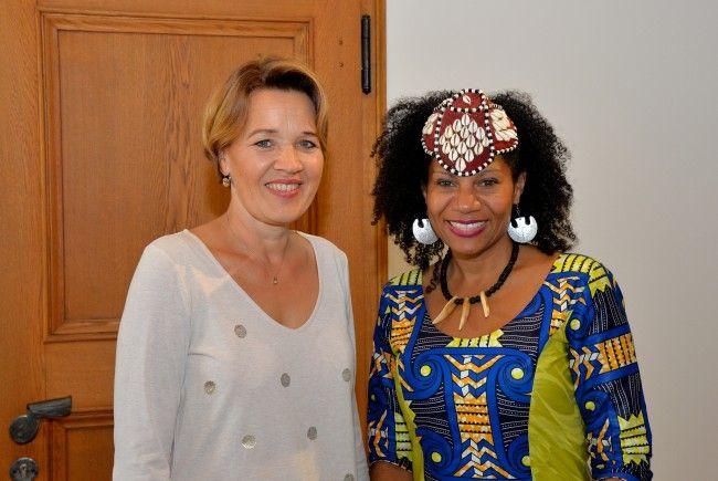 Queen Diambi aus Kongo zu Besuch bei der Dornbirner Bürgermeisterin Andrea Kaufmann.