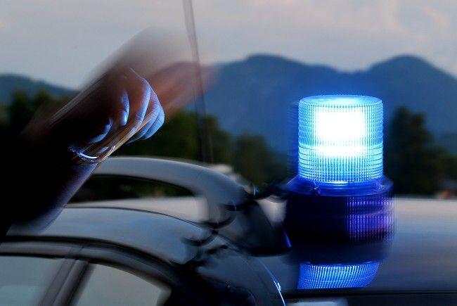 39-Jähriger stoppte Streifenwagen und schlug grundlos auf einen Beamten ein.