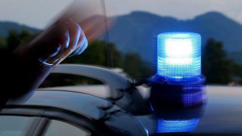 Vorarlberger stoppt Polizeiauto - und schlägt auf Beamten ein