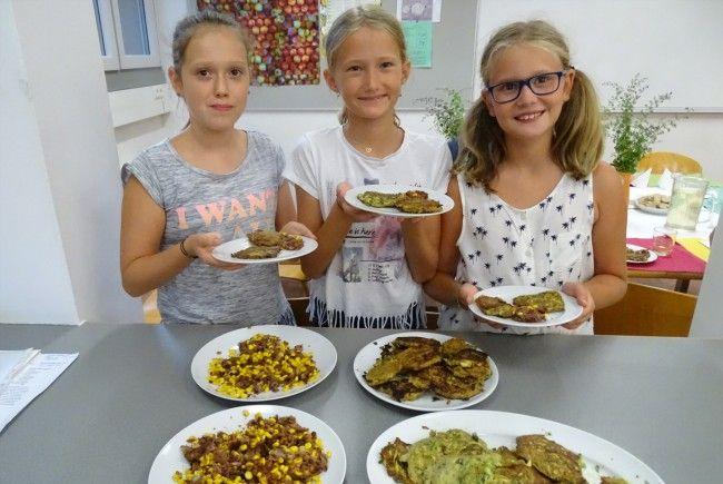 """""""Die Kochlöffelbande"""" bereitete mit Hildegard Zangerle von der """"Vita-Quelle"""" vegetarische Burger zu."""