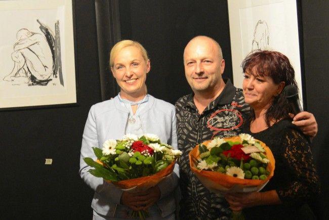 Vernissagerednerin Heike Montiperle mit Künstler Werner Fischer und Lebenspartnerin Martina Parthenis.