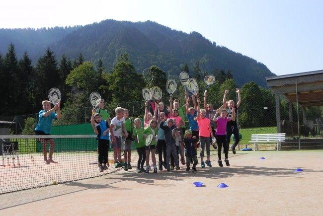 begeisterte Kinder beim Tennistraining - Abschlussturnier