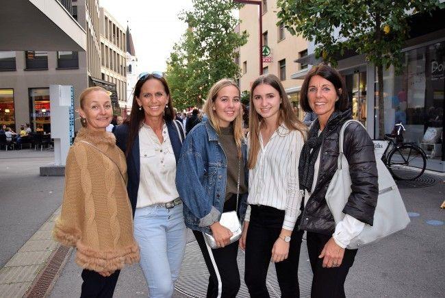 Genossen die Götzner Modenacht: v.l. Mischi, Christine, Melanie, Nina und Renate