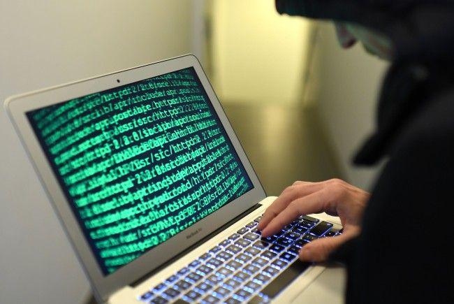 Händler bieten im Darknet Drogen, Waffen und Falschgeld an.