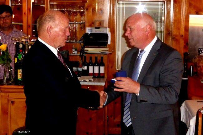 Überreichung des Ehrenringes der Gemeinde Vandans an Gottfried Schapler (li) durch Bürgermeister Burkhard Wachter (re).