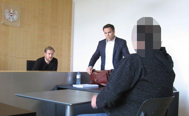 """Verteidiger Florin Reiterer (stehend) appellierte an das Gericht, Angeklagten arbeiten statt """"sitzen"""" zu lassen."""