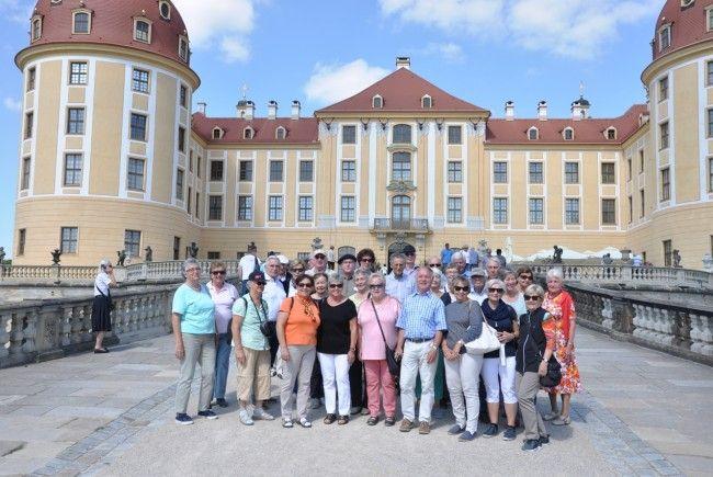 Gruppe vor dem wunderschönen Schloss