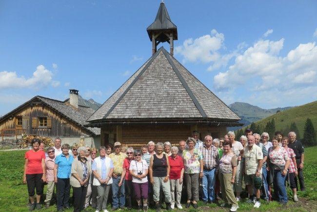 Die Teilnehmer vor der Kapelle auf der Alpe Steris