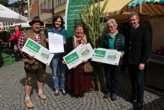 Engagierten Bäuerinnen und Bauern wurden auf dem Bauernmarkt-Jubiläum Hoftafeln verliehen.