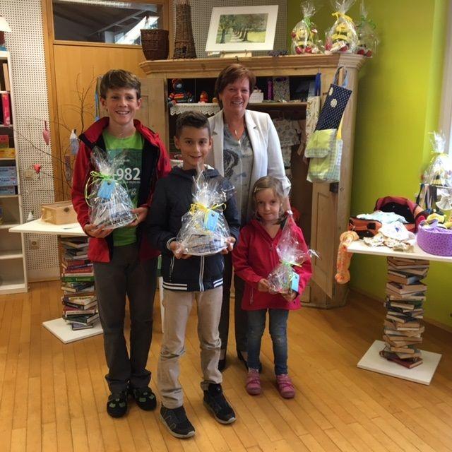 Bgmst. Gabi Mähr mit den Gewinnern, Julian, Elias und Lena