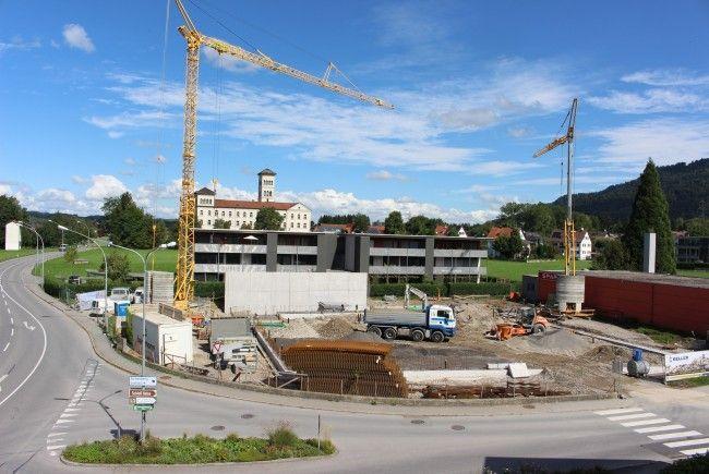 Auf dem Sinz-Areal im Alberloch entsteht in unmittelbarer Nachbarschaft des bisherigen Spargeschäftes der neue SPAR-Supermarkt. Die Bauarbeiten laufen.