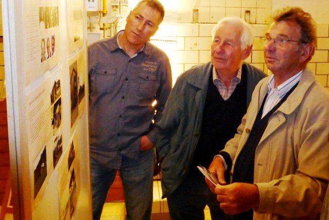 """Altbürge & Dorfchronist Ewald Hopfner (re.) hat sich ein umfassendes Wissen über die Dorfgeschichte angeeignet. Bild: Bei einer Ausstellung informierte Hopfner über das Bucher """"Sennhus"""""""