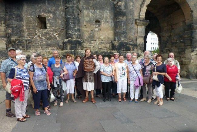 """Die Hörbranzer Seniorengruppe vor der """"Porta Nigra"""" in Trier."""