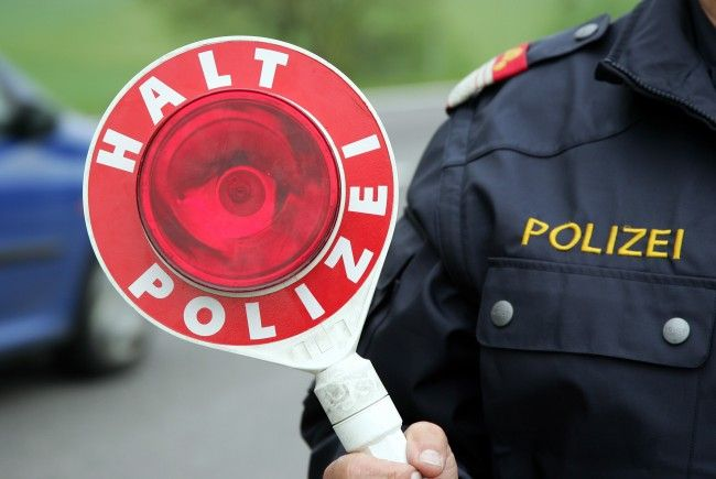 Die Polizei sucht nach der Lenkerin eines grauen oder silbernen Pkw mit Schaden an der Beifahrerseite.