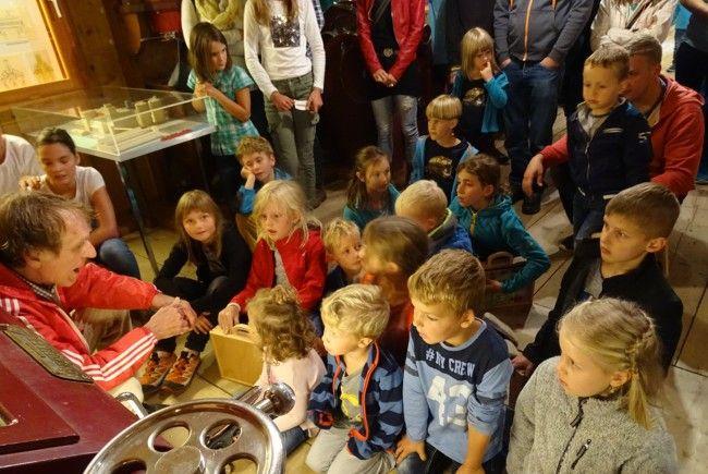 Bernd Amann (Stoffels Säge-Mühle) erzählte den Kleinen von den geheimen Mühlenbewohnern.