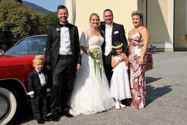 Das frisch vermählte Paar mit Sherine und den Trauzeugen und Götibub Philipp.
