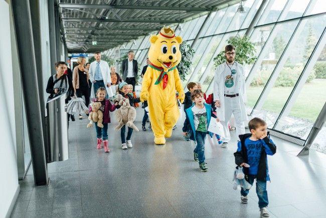 Die kleinen Besucher lassen ihren pelzigen Liebling im Teddybärkrankenhaus Feldkirch behandeln