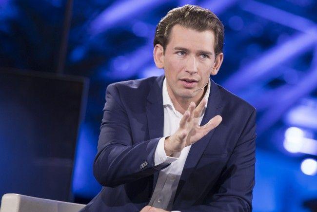Sebastian Kurz diskurtiert mit Bügerinnen und Bürgern.
