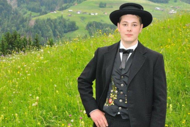 Martin Elias posiert in traditioneller Tracht.