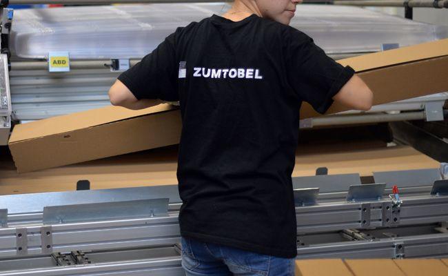 Eine Mitarbeiterin des Vorarlberger Leuchtenherstellers Zumtobel Group in Dornbirn.