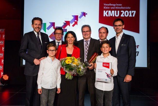 KMU-Unternehmer des Jahres Wendelin Eberle (Rieger Orgelbau) mit Familie sowie Minister Harald Mahrer, WKV-Präsident Hans Peter Metzler, VN-Chefredakteur Gerold Riedmann und LH Markus Wallner