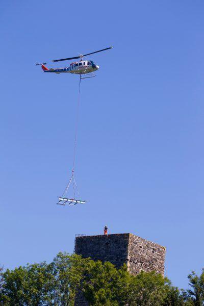 Im August wurde die Dachkonstruktion per Helikopter angeliefert.