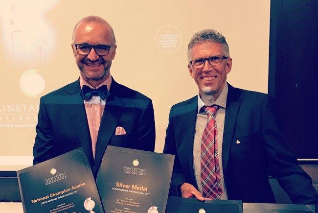 Dr. Christoph Nussbaumer und Anton Pale (Hotel Bergblick) bei der Verleihung in Kasachstan.
