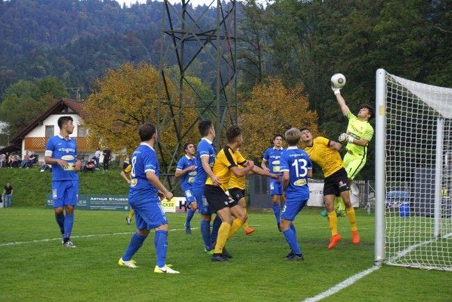 BU: Attraktiver Fußballsport und beste Stimmung in einem vollen Haus: Besuchen Sie das Heimspiel des SV typico Lochau gegen den FC Koblach im Stadion am Hoferfeld!