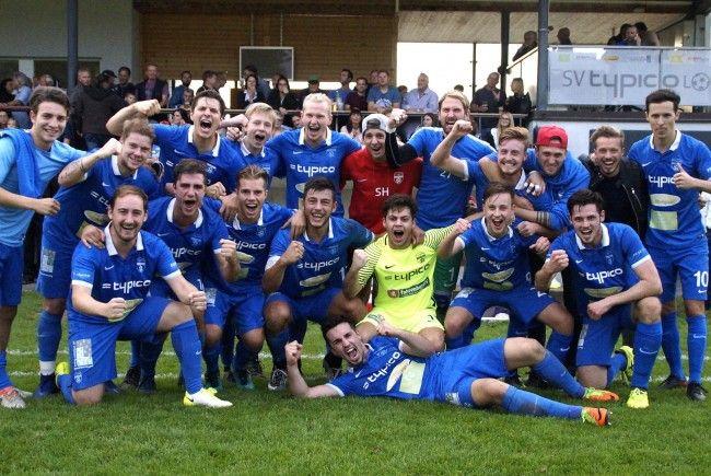 Das erfolgreiche Team und die zahlreichen Fußballfans vom SV typico Lochau feierten im Stadion Hoferfeld den großartigen Derbysieg.