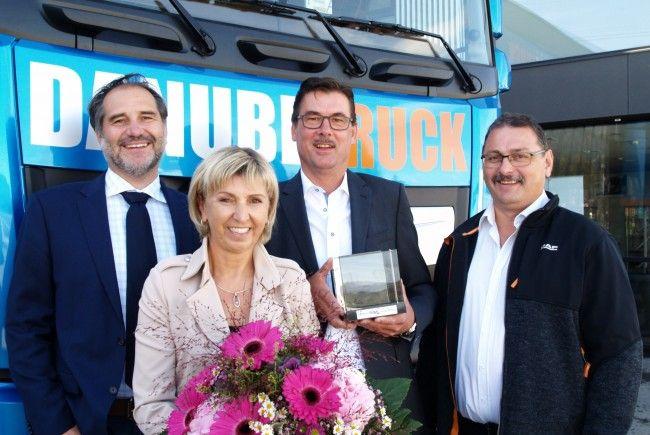 Patrik Heher (Direktor DAF Austria), Margot und Markus Monz, sowie Bruno Bischof bei der Jubiläumsfeier