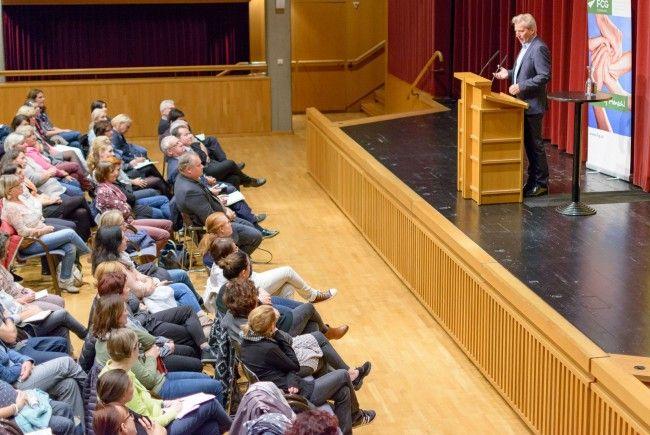 WInterhoff bei seinem sehr gut besuchten Vortrag im Reichhofsaal.