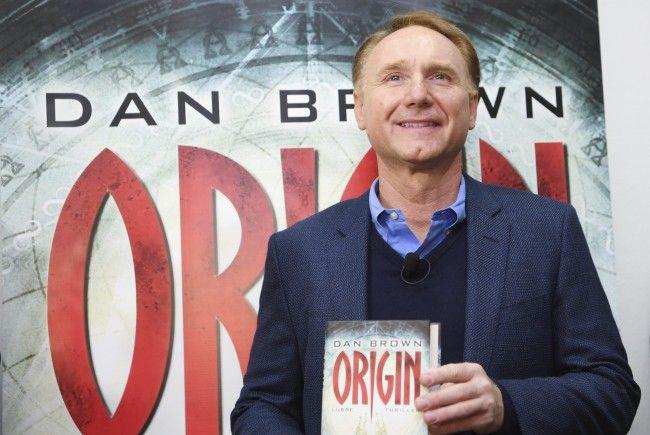 Autor Dan Brown posiert stolz mit seiner neuen Schöpfung.